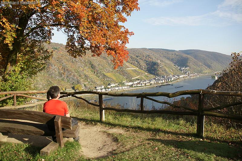 Wanderer am Rhein bei Kaub